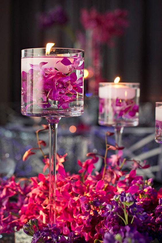 las copas alargadas tambin son una opcin preciosa para centros de mesa con velas flotantes fjate en el tono rosa que tienen las flores